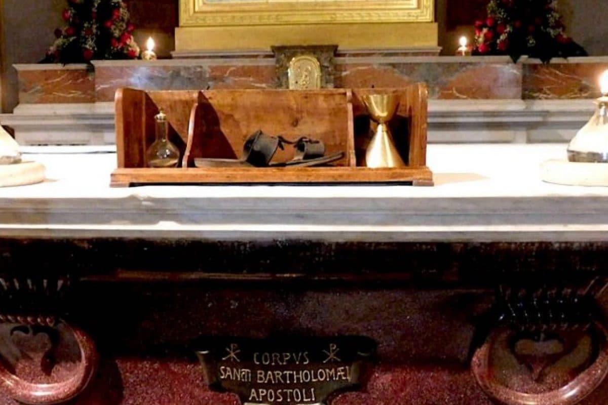 En un altar de San Bartolomé en la Isla Tiberina, se encuentran reliquias de los mártires latinoamericanos.