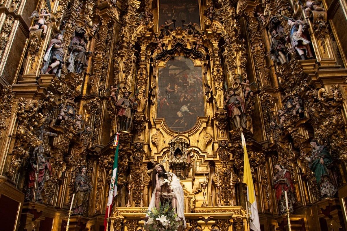 Los trabajadores colocaron al Señor del Cacao en el Altar de los Reyes. Foto: María Langarica.