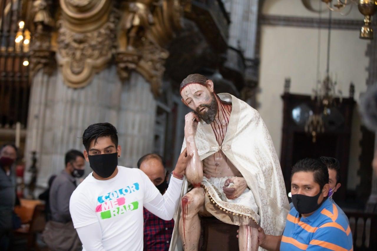 Trabajadores en la Catedral de México trasladaron al Señor del Cacao al Altar de los Reyes. Foto: María Langarica.