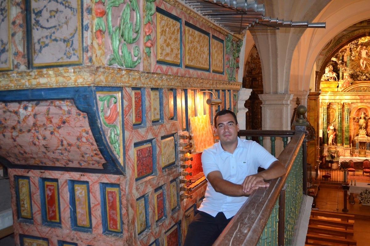 Es organista litúrgico certificado por la Conferencia Episcopal Española y miembro de la Asociación para la Promoción de Música Religiosa. Foto Cortesía Alberto Iglesias.