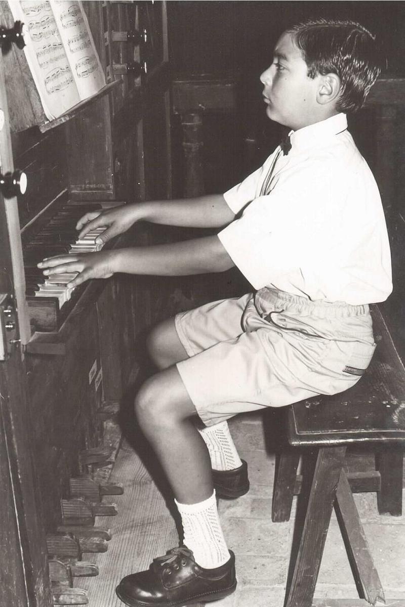 A los ocho años, Alberto ya tocaba el órgano con mucha destreza. Foto Cortesía Alberto Iglesias González.