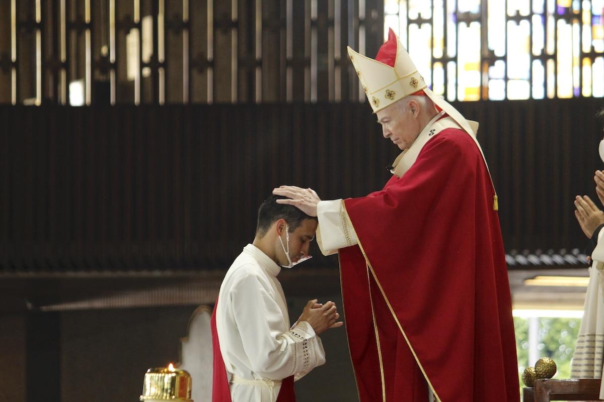 Imposición de manos a un nuevo sacerdote para la Arquidiócesis Primada de México. Foto: Basílica de Guadalupe