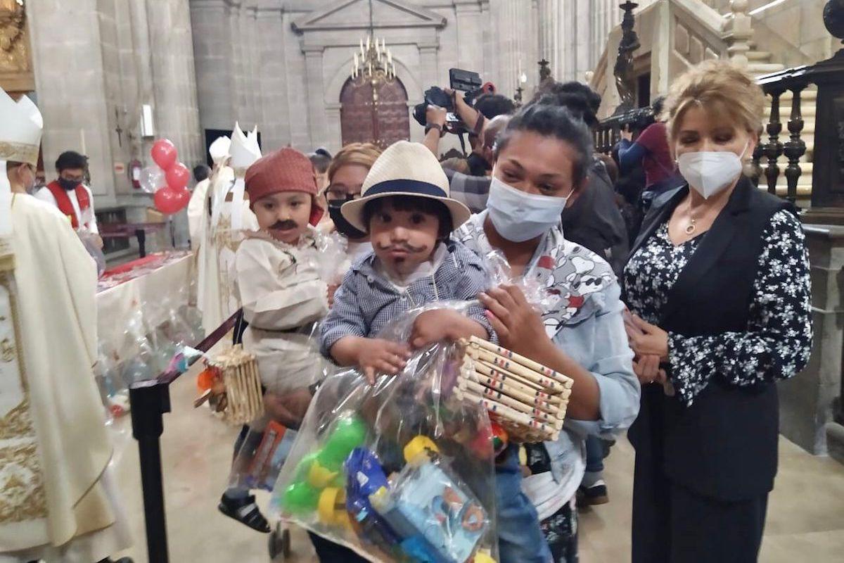 En la Solemnidad de Corpus Christi, Catedral Metropolitana regaló juguetes a los niños.