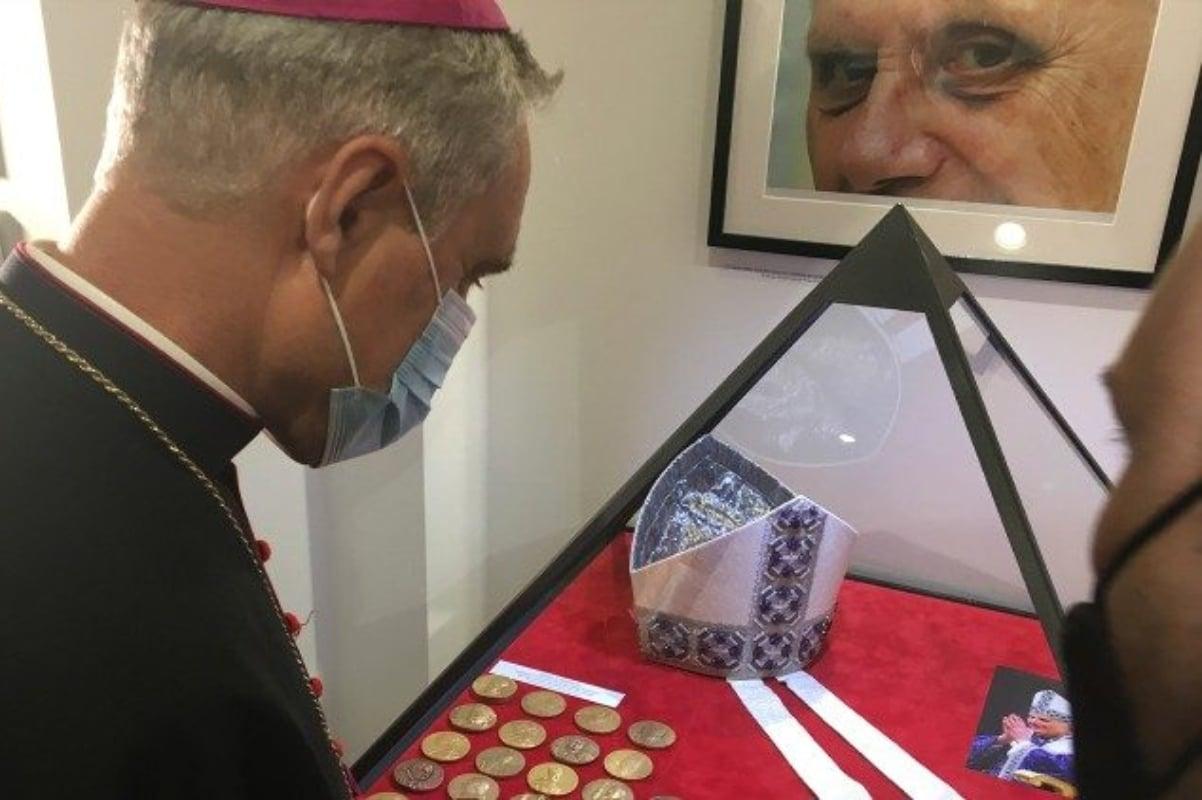 La exposición con objetos del Papa Emérito Benedicto XVI está en Roma. Foto: Vatican News.