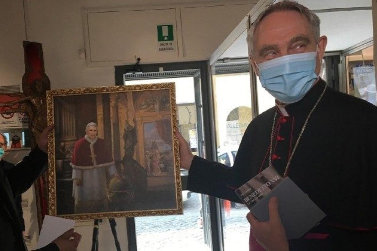 Mons. Georg Gänswein muestra una nueva imagen que se puede ver en la exposición por los 70 años sacerdote del Papa Emérito Benedicto XVI. Foto: Vatican News.