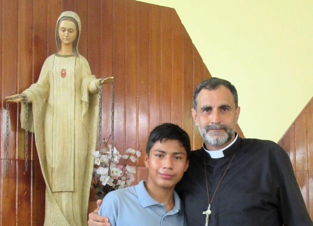 Padre Ignacio Doñoro con un niño del Hogar Nazaret. Foto: Hogar Nazaret.