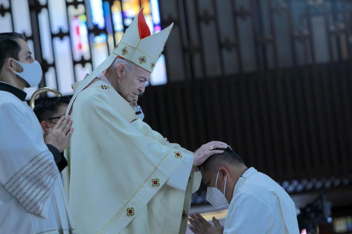 El Cardenal Aguiar impone las manos a un diácono recién ordenado. Foto: Basílica de Guadalupe