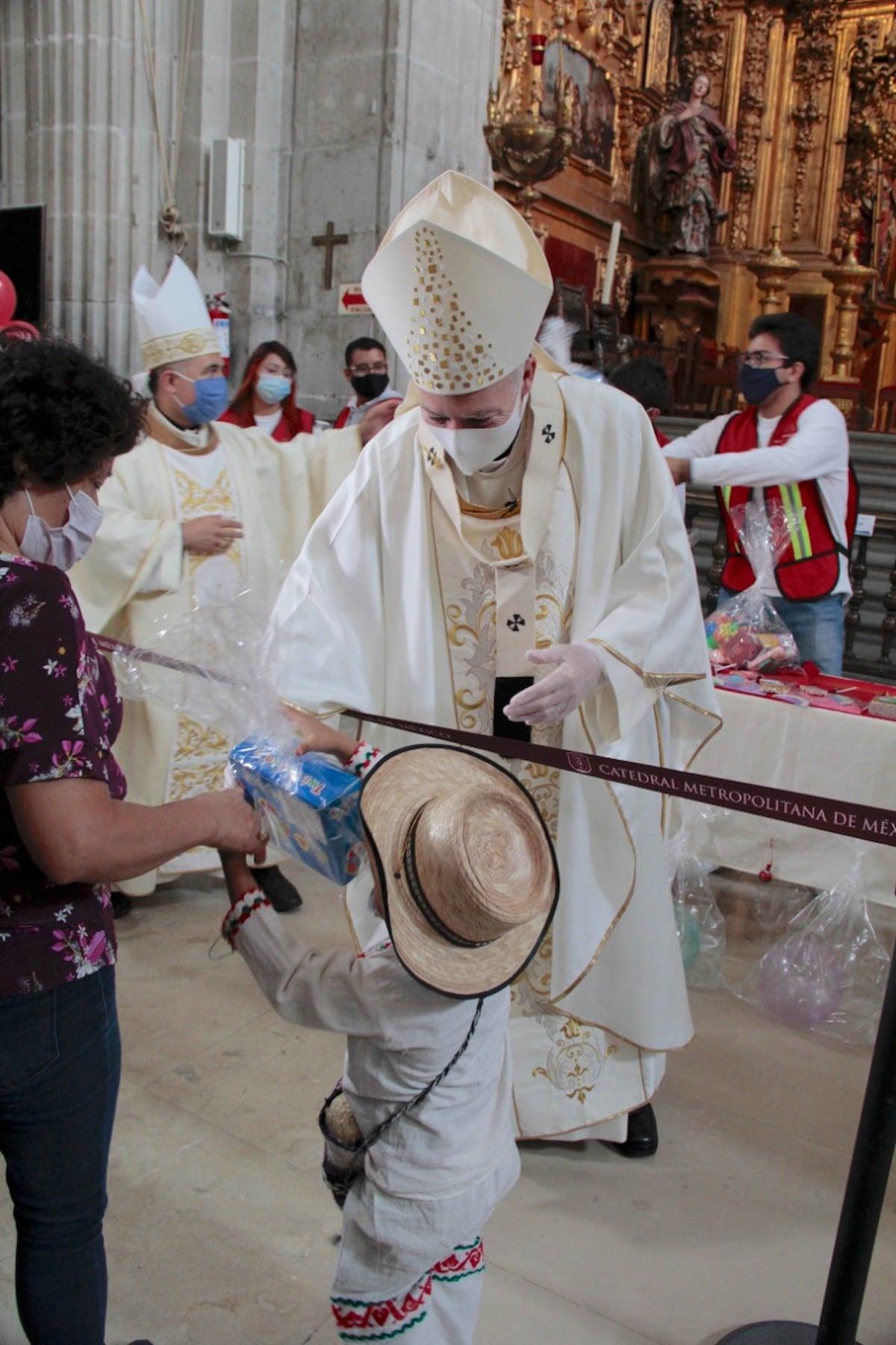 Un 'Juan Dieguito' recibe un juguete de manos del Card. Aguiar en la Solemnidad de Corpus Christi. Foto: Alejandro García