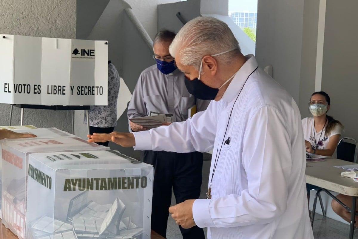 Monseñor Cabrera en el centro de votación. Foto: Arquidiócesis de Monterrey.