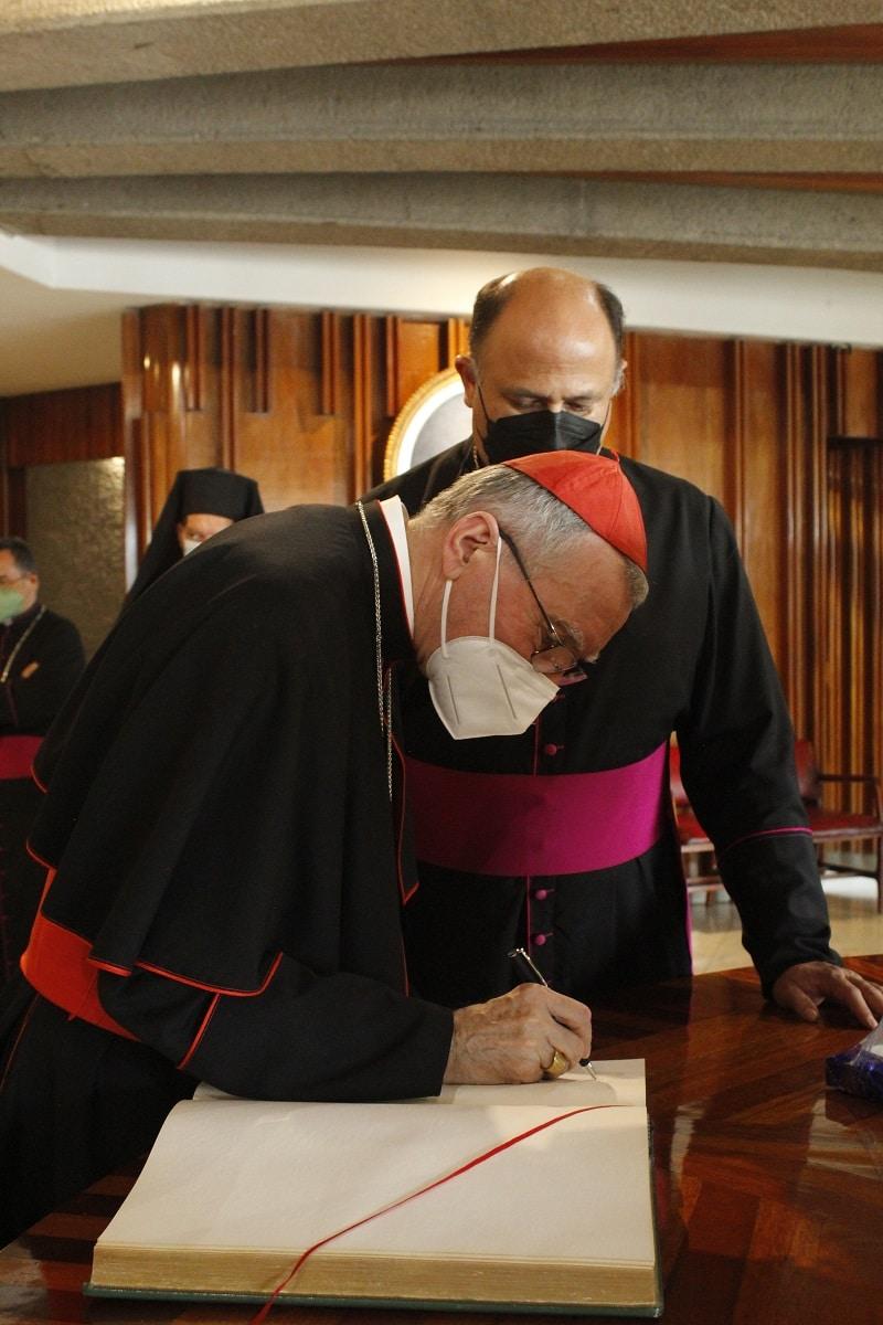 El Cardenal Pietro Parolin firmó el libro de visitas distinguidas de la Basílica de Guadalupe. Foto: INBG/Cortesía.