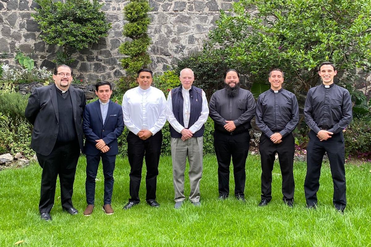 Los cinco nuevos sacerdotes con su formador vocacional y el Card. Aguiar. Foto: Cortesía