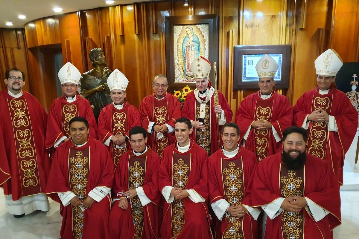 El Cardenal Carlos Aguiar Retes, los Obispos Auxiliares y los nuevos sacerdotes de la Arquidiócesis Primada de México, ordenados este 2021.
