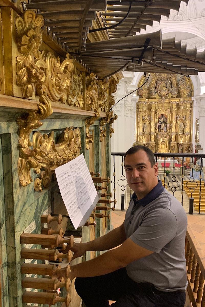 Compagina su vocación de organista litúrgico con su profesión de ingeniero agrícola. Foto: Cortesía Alberto Iglesias.