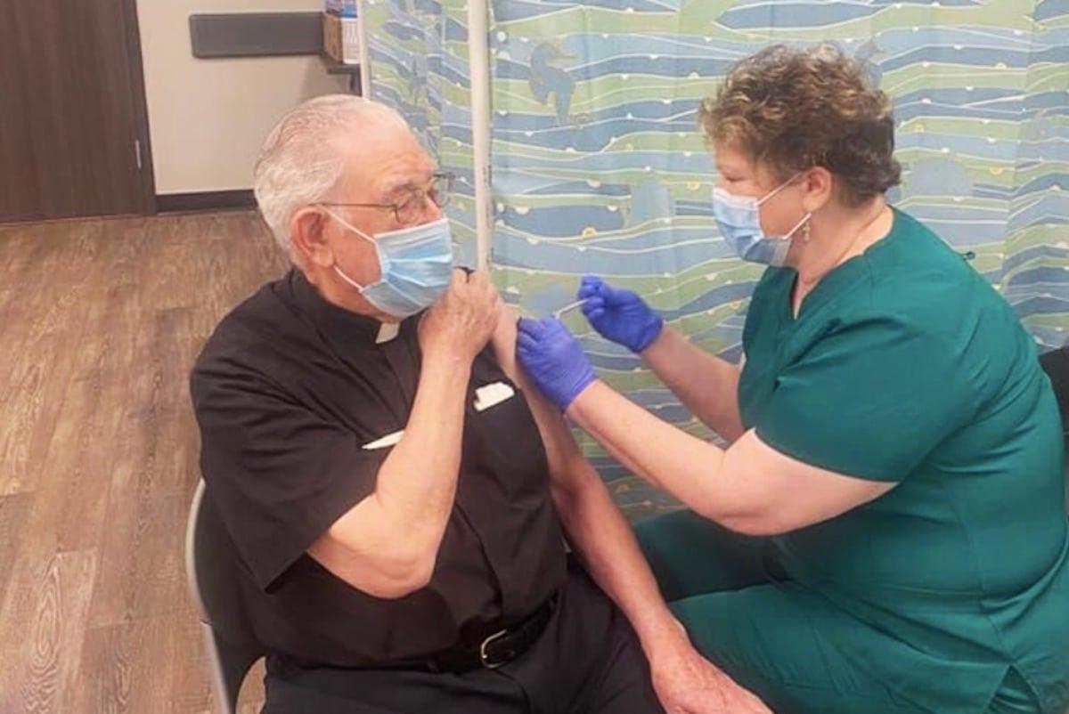 El padre Luis Urriza al recibir la vacuna contra el covid-19. Pese a ya estar vacunado, enfermó y tuvo que pasar unos días en el hospital . Foto: Aleteia.