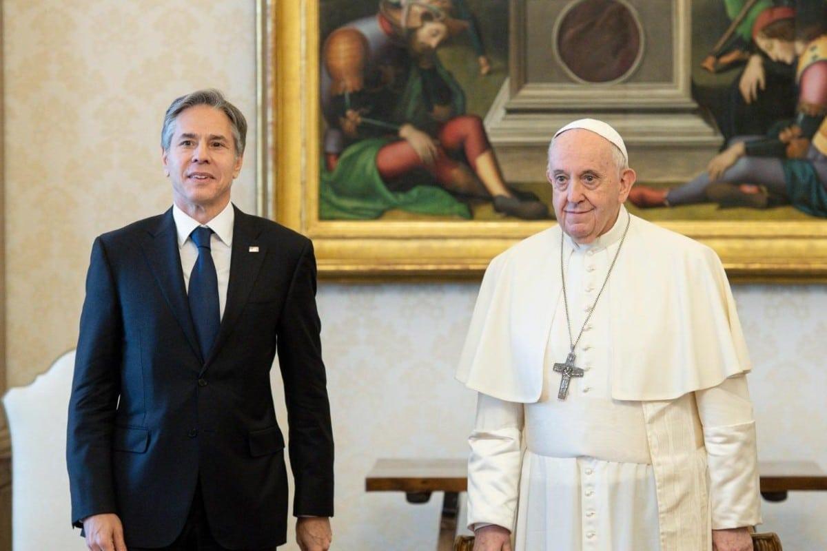 Papa Francisco con el secretario Blinken. Foto: Vatican Media.