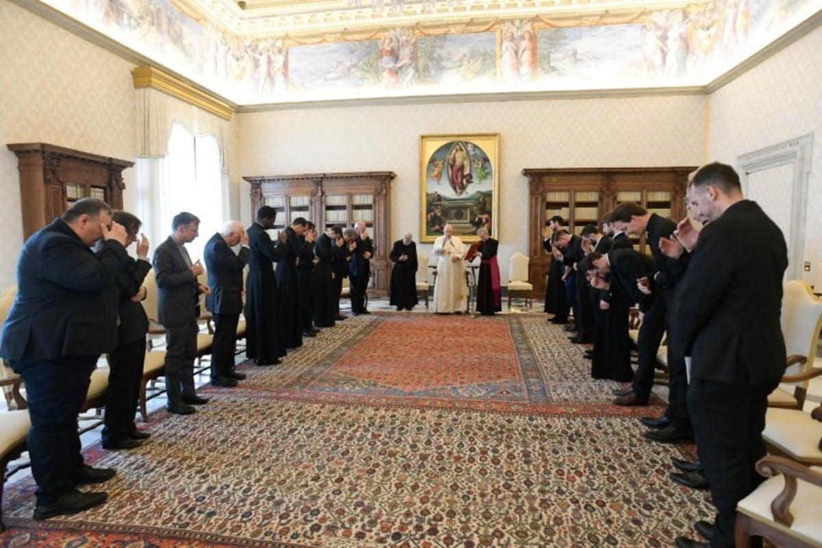 El Papa Francisco con la comunidad de Sacerdotes de san Luis Rey de los franceses