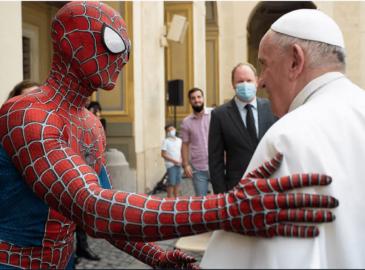 'Spiderman' entregó al Papa Francisco su máscara y le reveló su identidad