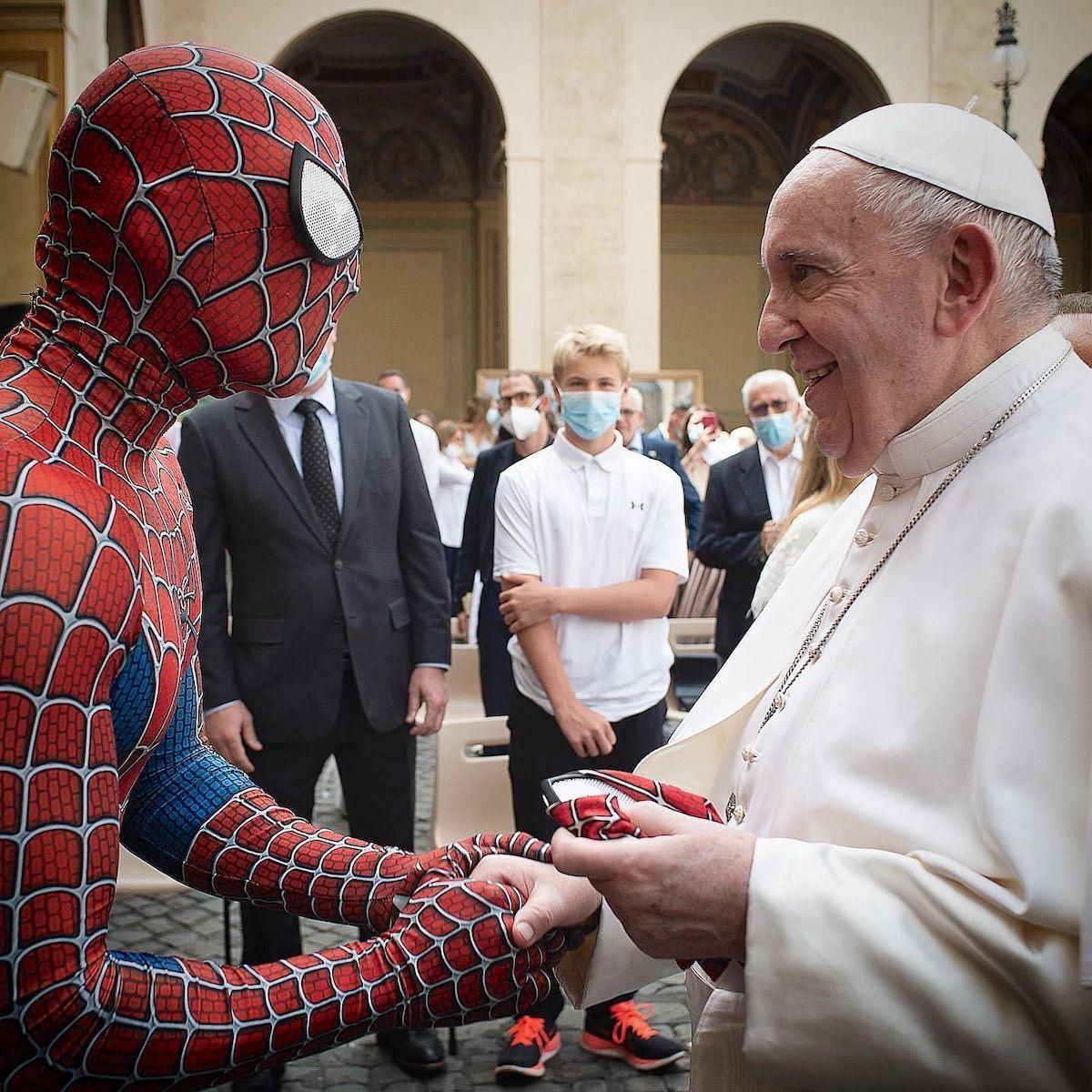 """El Papa Francisco con """"Spiderman"""" en Audiencia General. Foto: Vatican Media"""