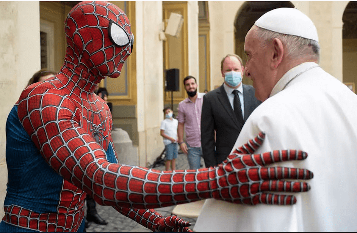 """El Papa Francisco con """"Spiderman"""" en Audiencia General. Foto: Vatican Media/AFP"""