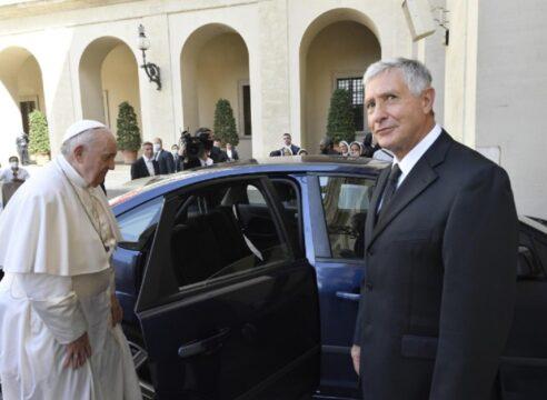 Ante fieles, el Papa agradece la labor de su chofer, quien se jubila