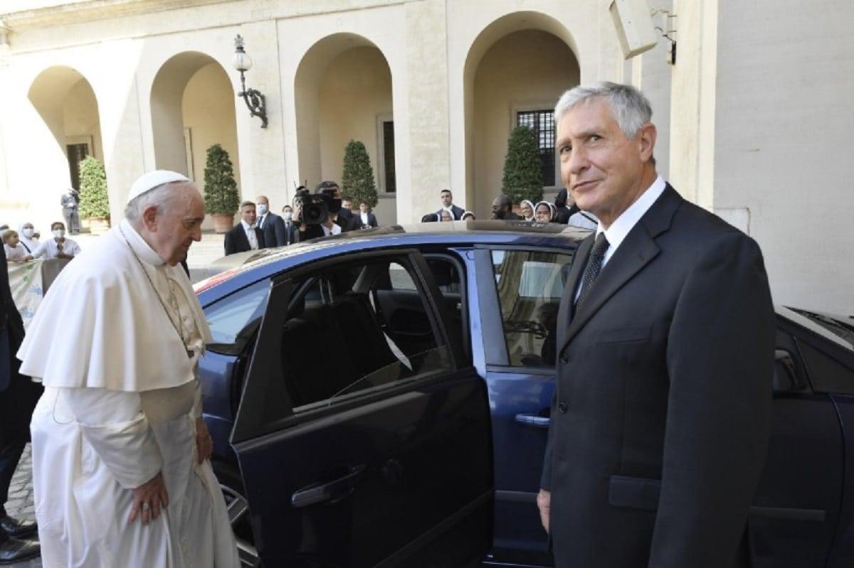 El Papa agradeció a Renzo, su chofer, por 20 años de servicio a la Santa Sede. Foto: Vatican Media.