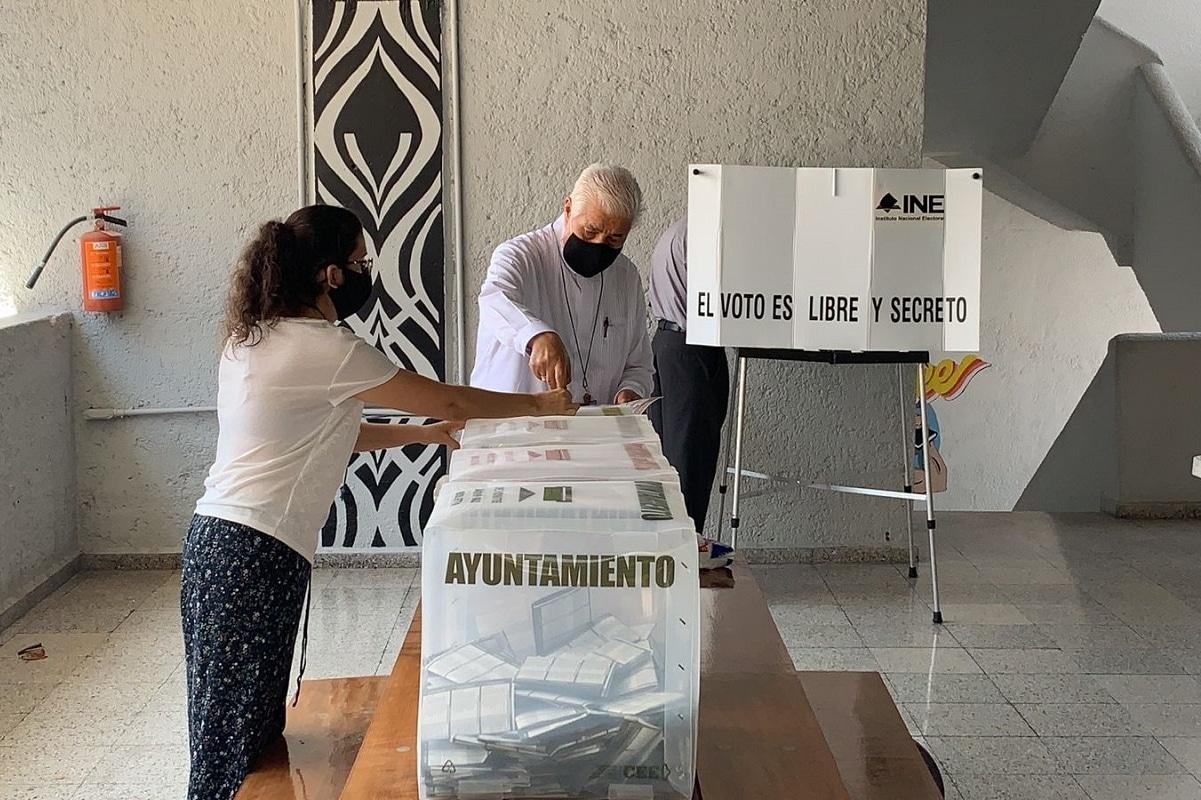 Mons. Rogelio Cabrera, presidente de la CEM, acude a votar. Foto: Rogelio Cabrera/Twitter