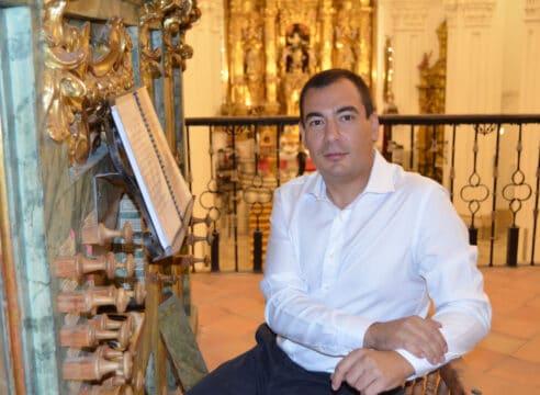 Se apellida Iglesias y es uno de los últimos organistas litúrgicos de España