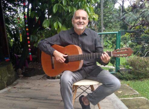 Es arquitecto, pero encontró su vocación en componer música religiosa