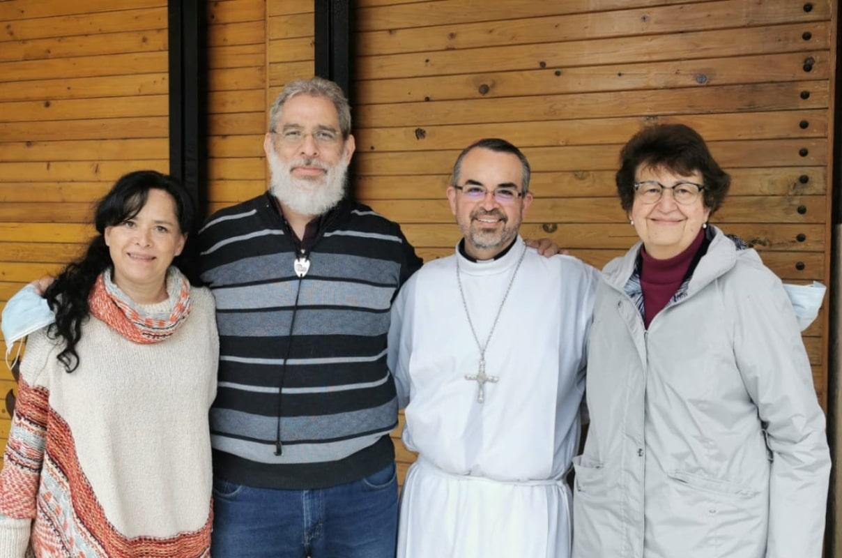 Monseñor Andrés Luis García Jasso (segundo de derecha a iazquierda) con miembros de su equipo de evangelización. Este sábado recibió la noticia durante una retiro de las comunidades neocatecumenales a las que pertenece. Foto: Cortesía del Obispo Auxiliar Electo.