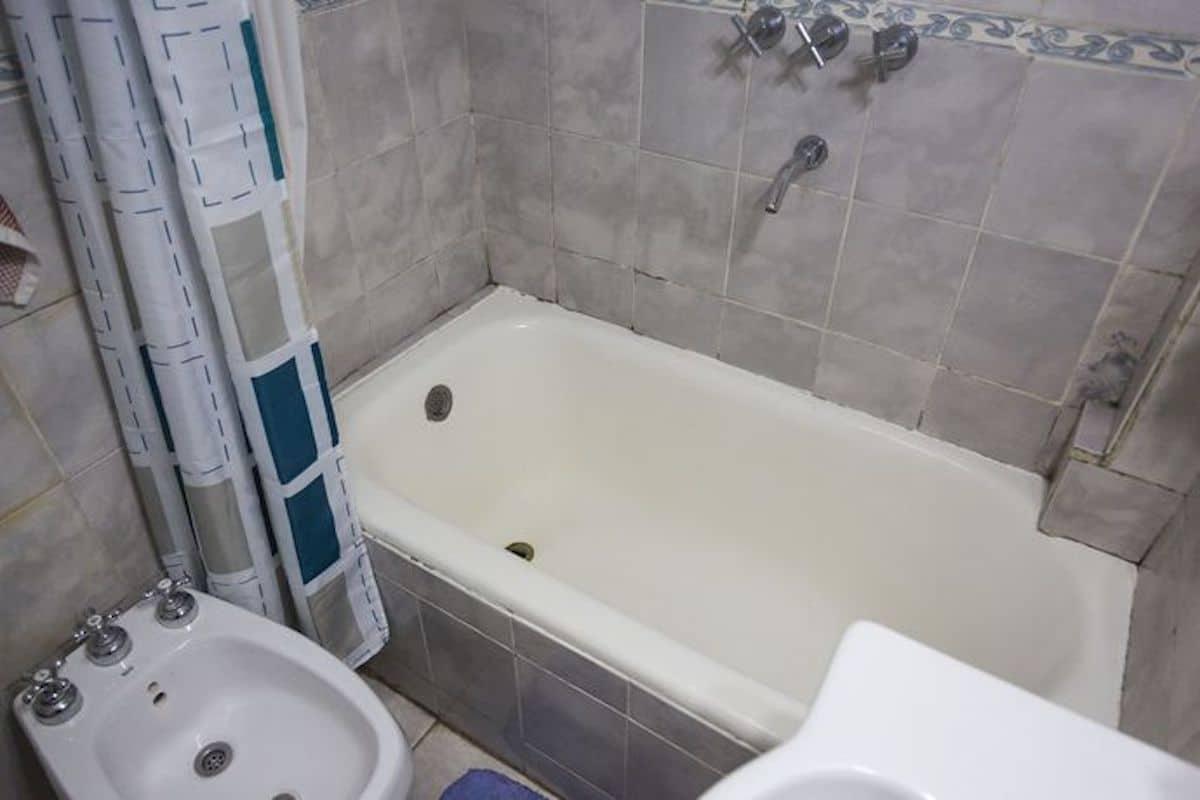 La bañera es la misma que se colocó cuando se construyó la casa. Foto: La Nación