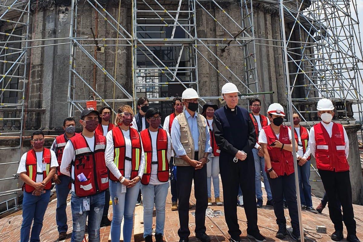 El Cardenal Aguiar con voluntarios y trabajadores de la construcción en Catedral Metropolitana.