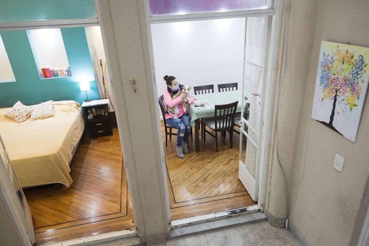 A la izquierda, la habitación principal y a la derecha, el comedor de la casa. Foto: La Nación