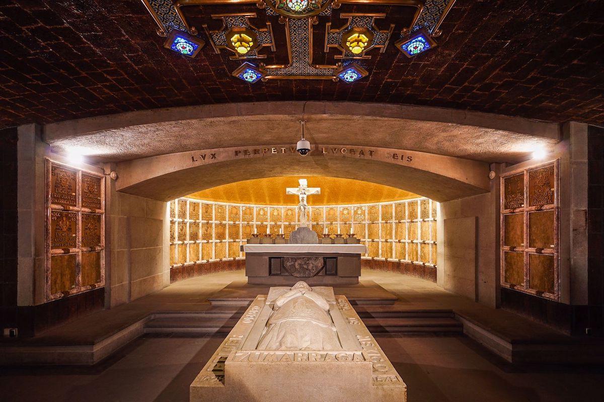 La Cripta de los Arzobispos de México se encuentra debajo del Altar de los Reyes de la Catedral Metropolitana de México.