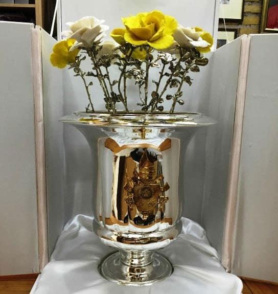 El Papa Francisco regaló un florero de plata a la Virgen del Cobre.