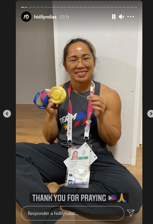 """""""Gracias por orar"""", escribió la atleta Hidilyn Díaz. En la foto sostiene la Medalla Milagrosa."""