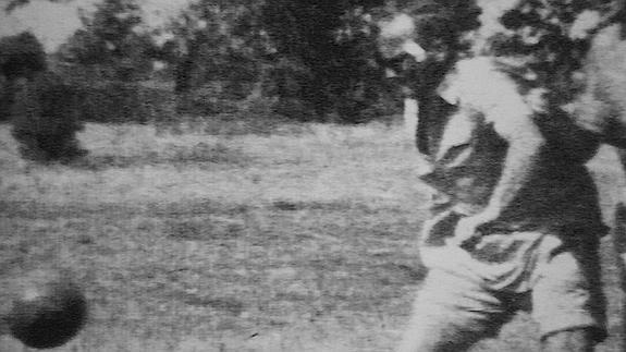 Juan Pablo II jugando futbol.