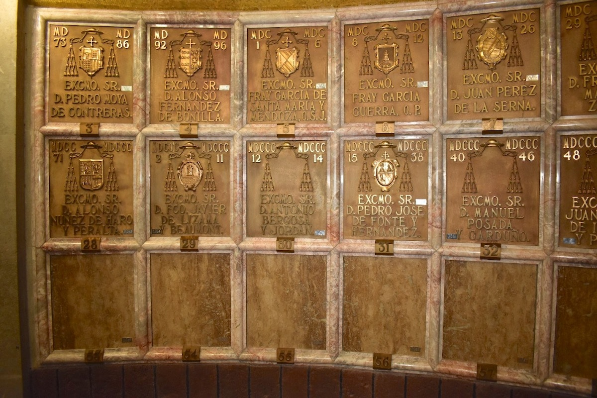 En estos los nichos con los nombres grabados en bronce, se encuentran los restos de 34 obispos de México.