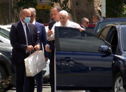 El Papa Francisco salió del hospital y está de regreso en el Vaticano
