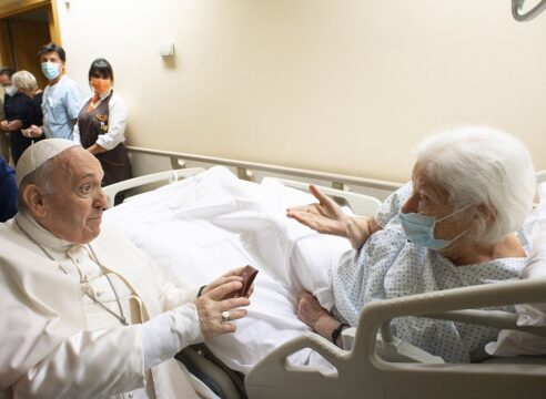 Papa Francisco en el hospital: 'Ungir' con la cercanía a un enfermo