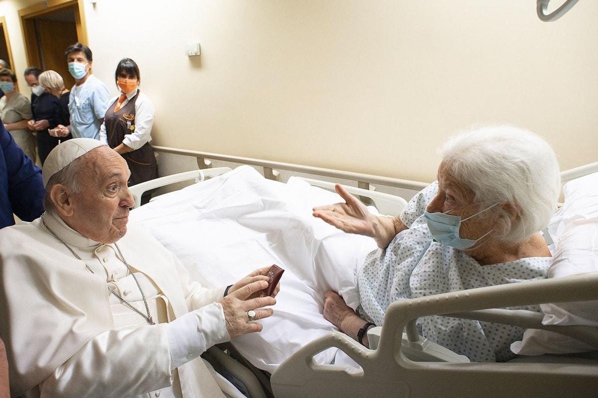 El Papa Francisco saludó a pacientes del hospital Agostino Gemelli previo a presidir el Ángelus desde uno de los balcones del centro médico Foto: Vatican Media.