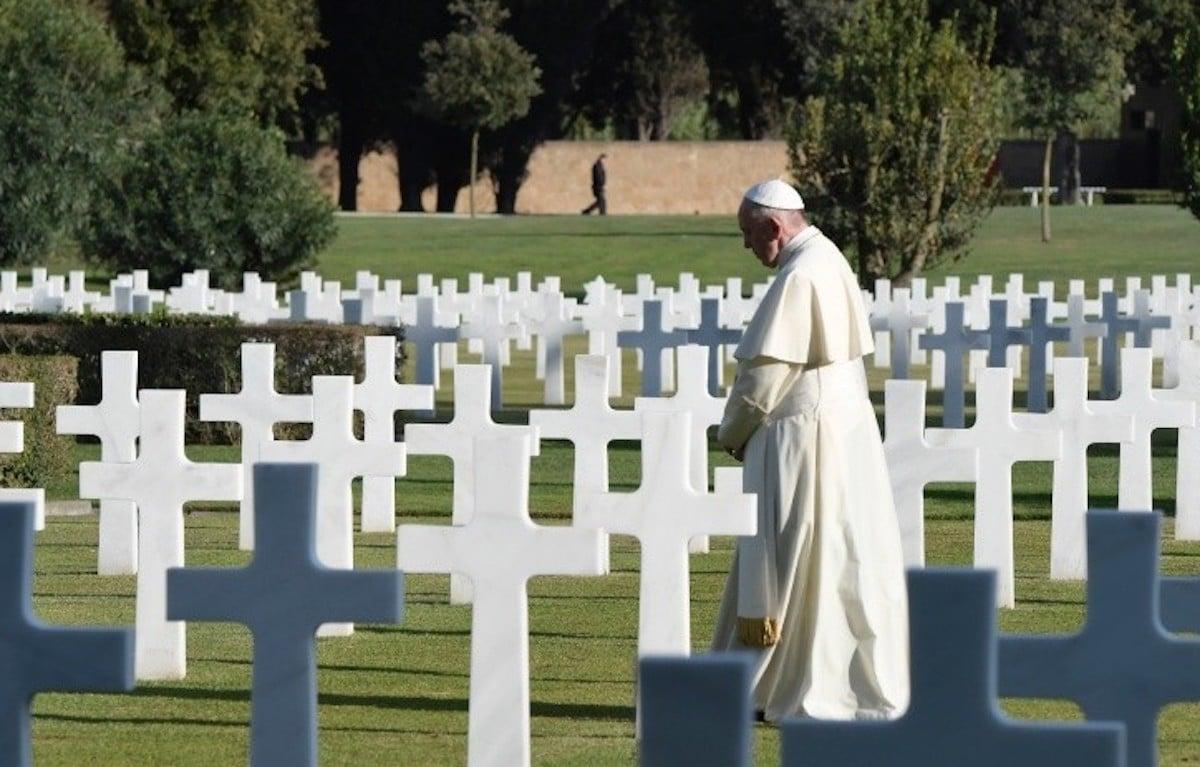 El Papa Francisco ora por los fieles difuntos. Foto: L'Osservatore Romano
