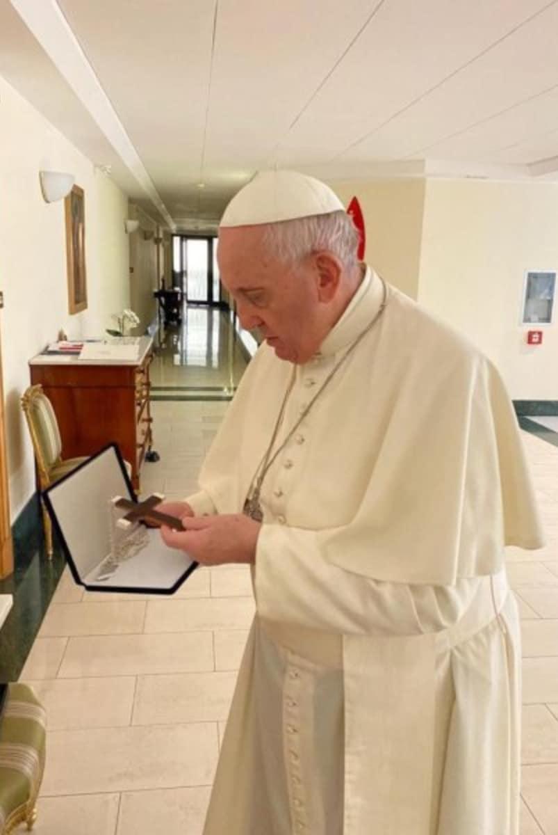 Poco antes de someterse a una cirugía de colon, el Papa Francisco recibió la cruz elaborada con restos de la parroquia de La Asunción en Chile. Foto: Arquidiócesis de Santiago.