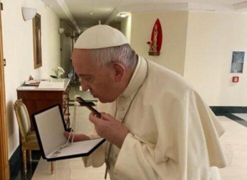 El Papa Francisco besó esta cruz poco antes de someterse a cirugía