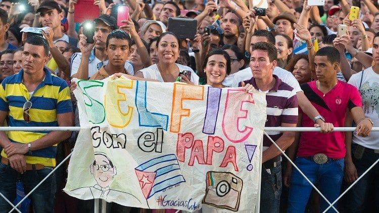 Jóvenes se reúnen para ver al Papa Francisco en Cuba, 2015. Foto: Vatican News.