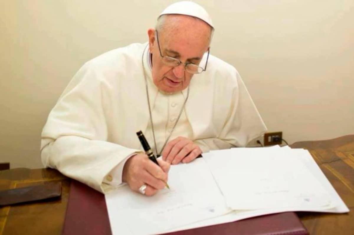 El Papa Francisco escribiendo una carta.
