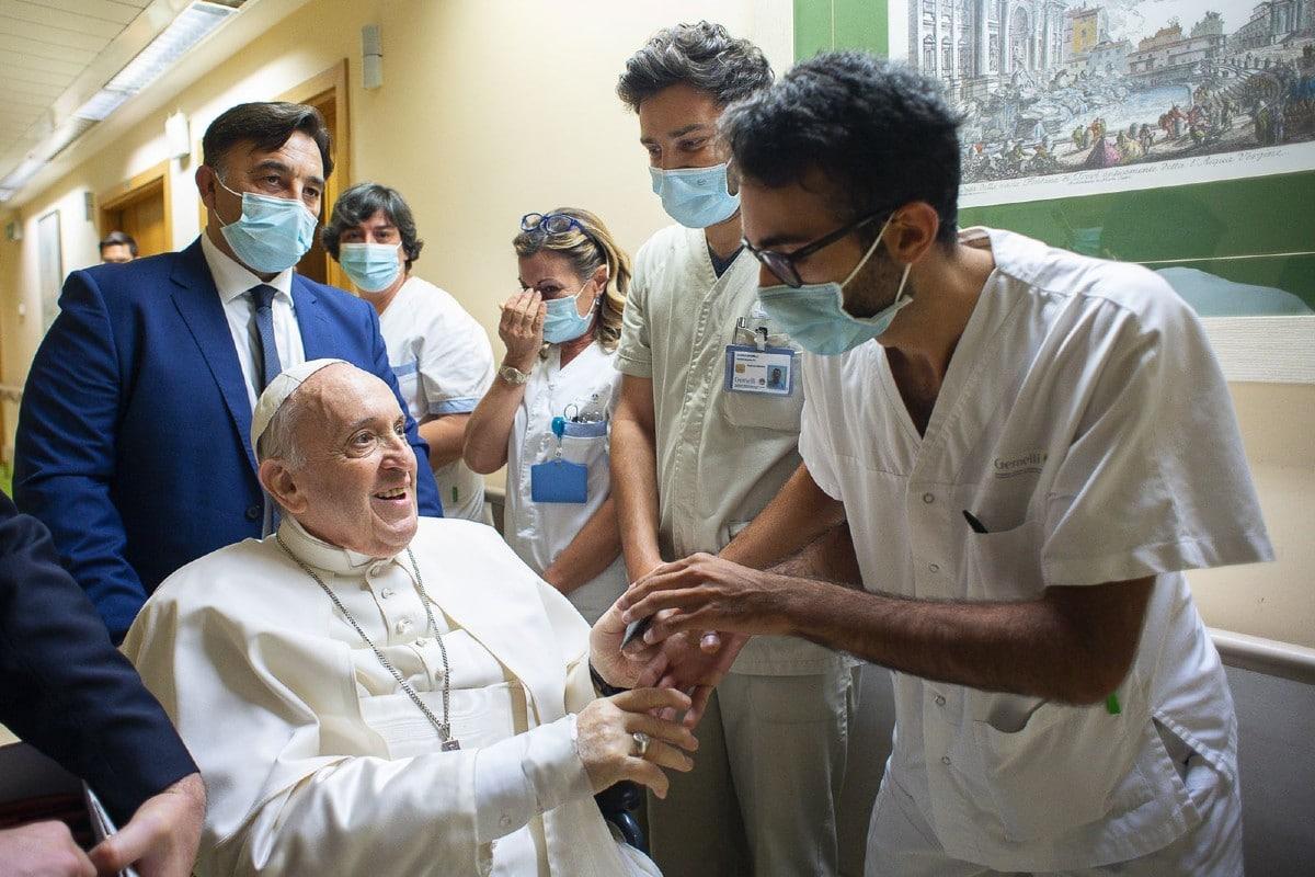 El Papa Francisco saluda al personal médico del hospital Gemelli. Foto: Vatican Media.