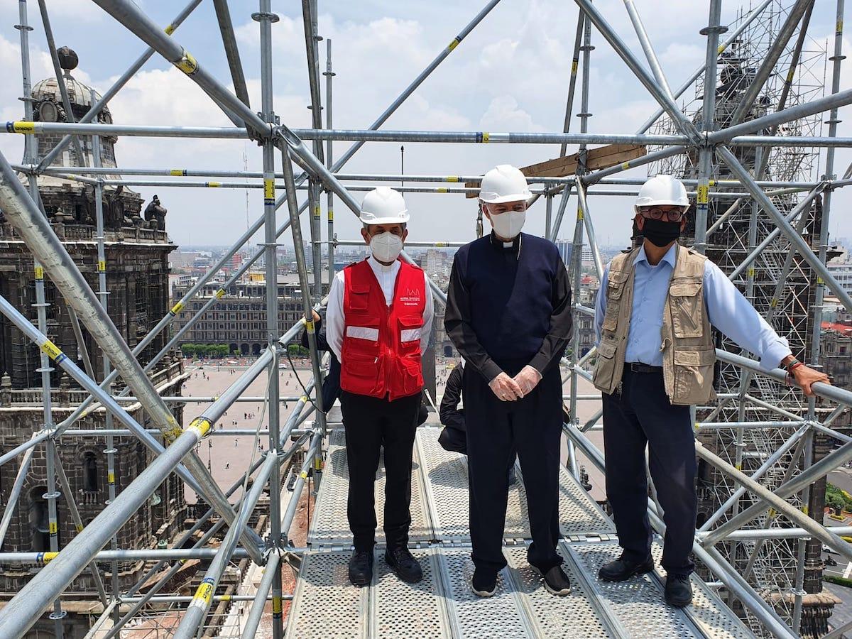 El arquitecto Arturo Balandrano informó al Arzobispo sobre los avances en el trabajo que se realiza en Catedral Metropolitana.