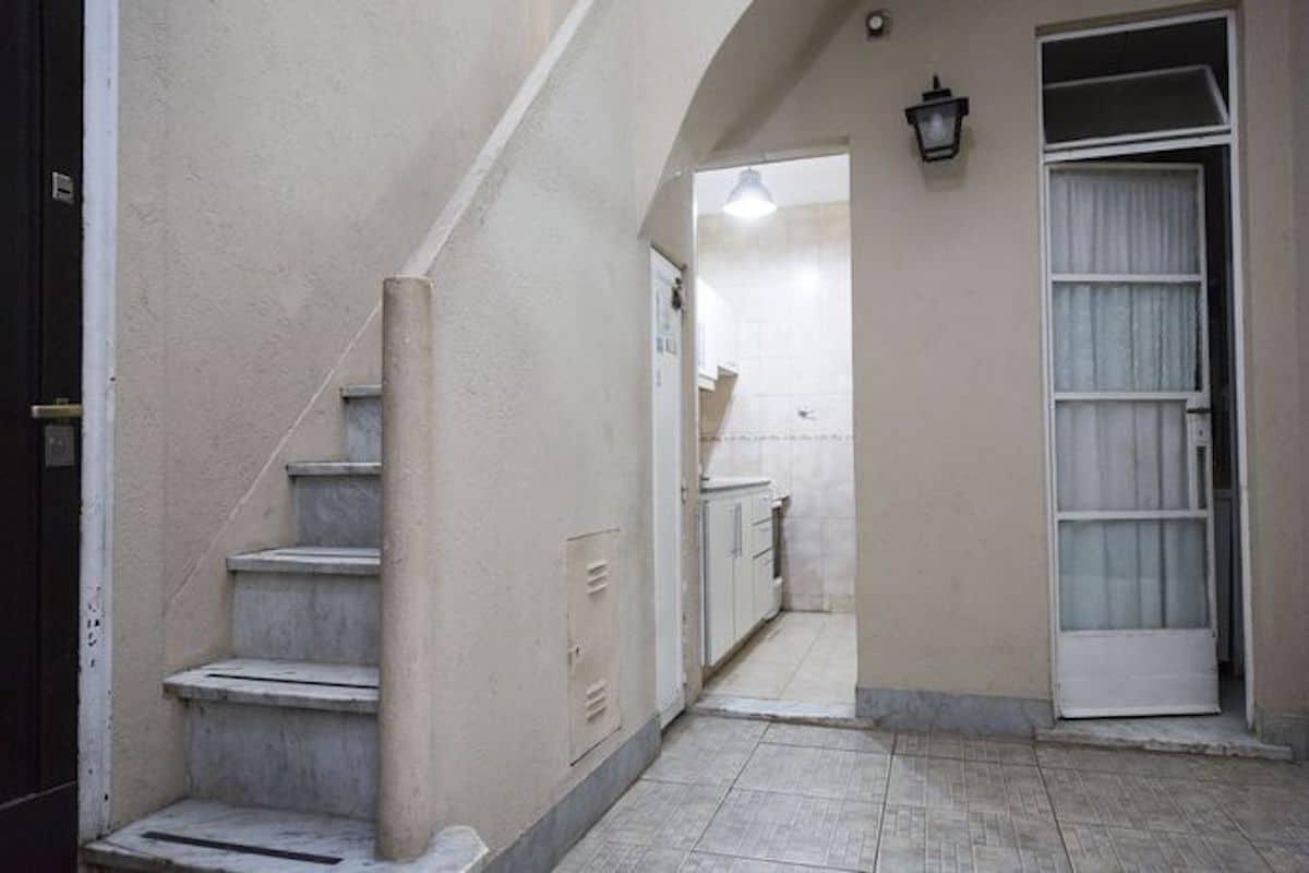 A la izquierda, la escalera que conduce al entrepiso y a la terraza; en el centro de la imagen, una pequeña cocina y, a la derecha, el baño. Foto: La Nación
