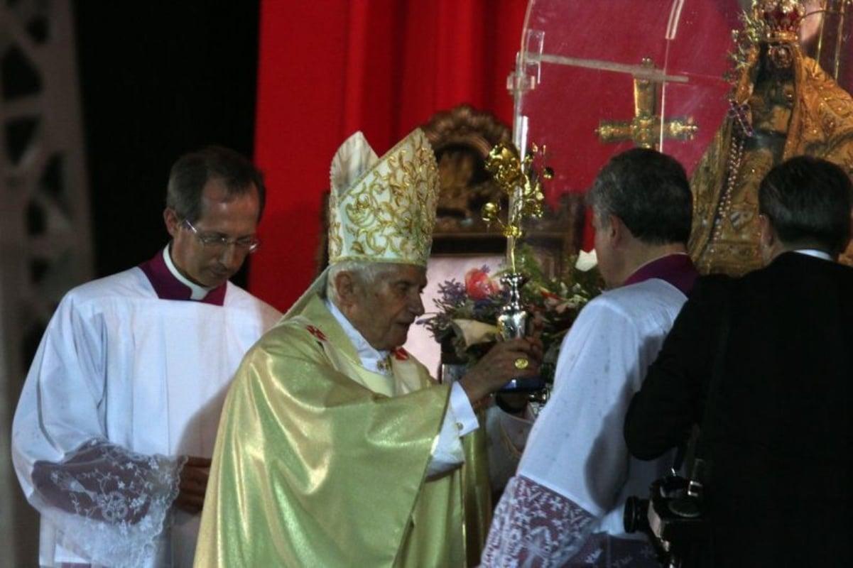 El Papa Benedicto XVI entregó una Rosa de Oro a la Virgen de la Caridad del Cobre. Foto: Chicago Tribune.
