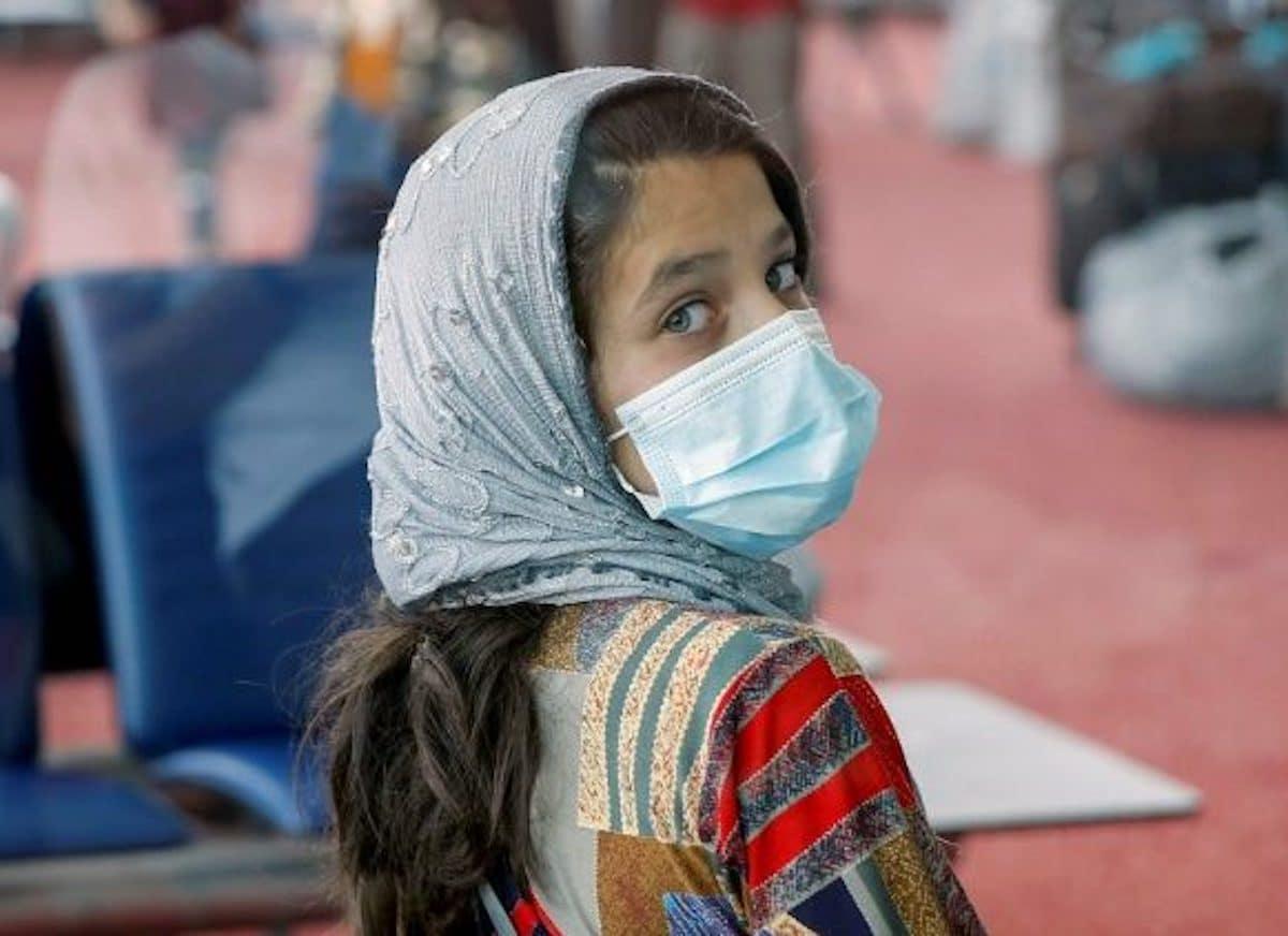 Una niña evacuada de Afganistán en el Maktoum International Airpot de Dubai. Foto: Vatican Media